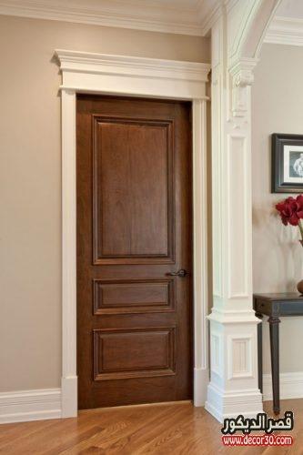 باب غرفة بني اللون
