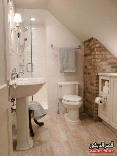حمامات بمساحة مربعة صغيرة
